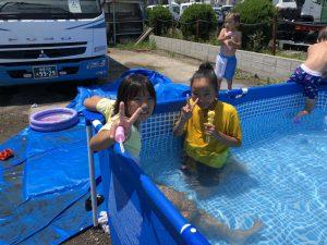 大プールで子供たち